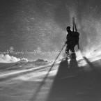 1999-wb-la-sagoma-disegnata-nella-bufera-di-uno-sci-alpinista