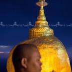 img_8840-monaco-che-prega-presso-la-golden-rock