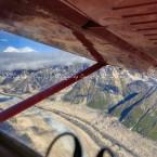 Alaska, spostamento per le nostre escursioni alpinistiche. Un ala incornicia il monte Mc Kinley