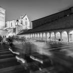 img_8022-bw-assisiumbria-processione-di-fedeli-nella-basilica-di-san-francesco-dassisi
