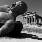 img_8046-wb-sicilia-valle-dei-templi-il-tempio-della-concordia-e-una-mostra-artistica