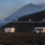 img_8681-etna-pulmini-delle-guide-vulcanologiche-accompagnano-i-turisti-ad-ammirare-leruzione-dal-cratere-di-nord-est