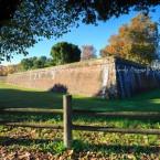 img_8717-lucca-toscana-le-antiche-mura-che-circondano-tutta-la-citta%cc%80