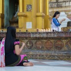 img_9914-donne-che-pregano-alla-swedagon-pagoda-a-yangon